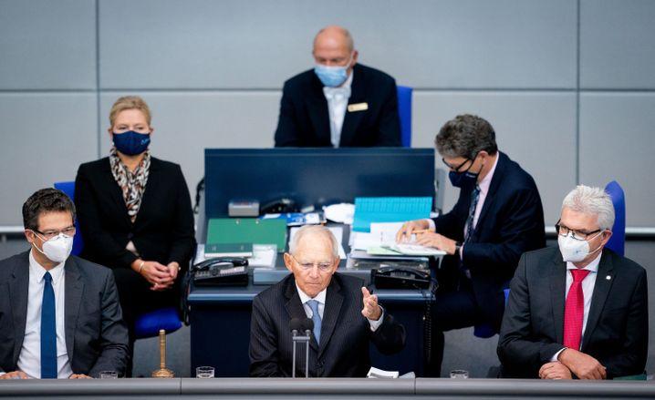 """""""Frage der gegenseitigen Rücksichtnahme"""": Wolfgang Schäuble (Mitte) eröffnet die 177. Sitzung des Bundestags - und forderte die Mitglieder des Parlaments zum Tragen einer Mund-Nase-Bedeckung auf"""