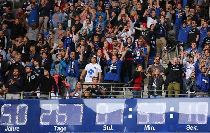 Stadionuhr (beim Relegationsspiel gegen Greuther Fürth im Mai 2014): Unentschieden - der HSV blieb in der Bundesliga, gerade so
