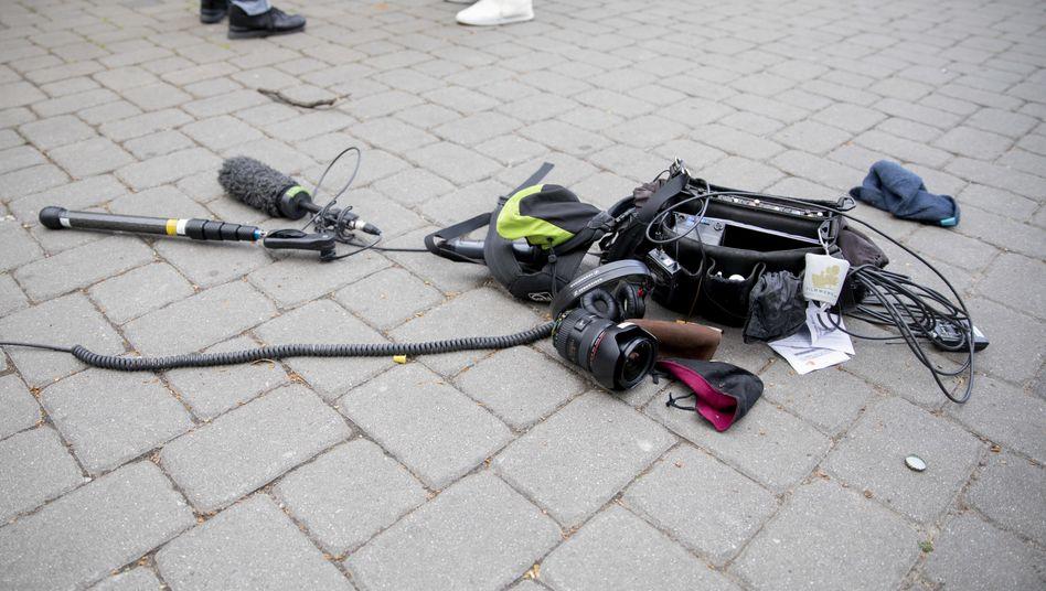 Teile der Ausrüstung des Kamerateams auf dem Asphalt in Berlin
