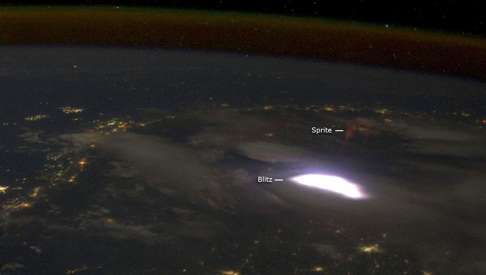 Roter Kobold, hier als Sprite bezeichnet, und Blitz: Gewitter über Mayanmar
