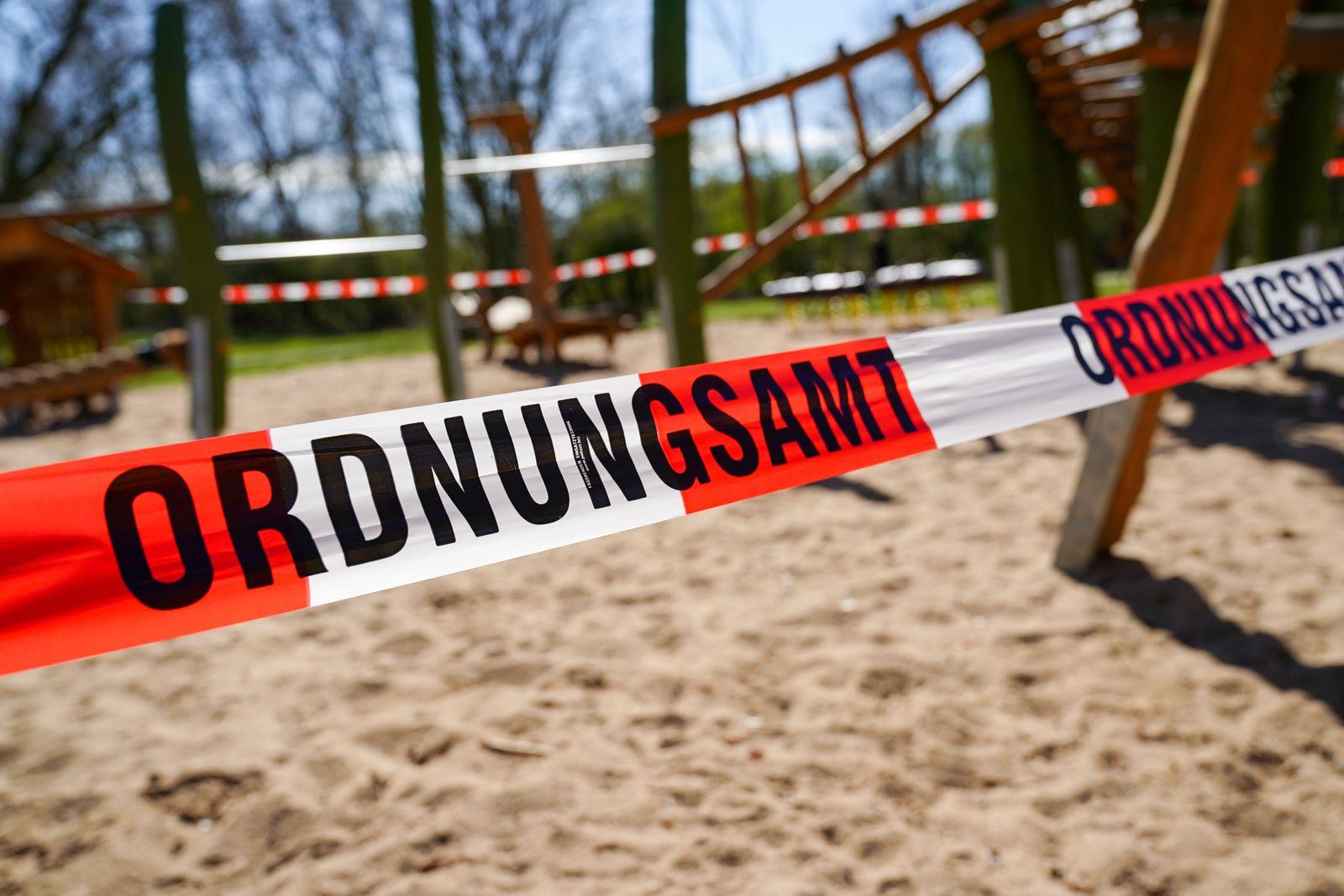 Symbolbild, Symbolfoto von geschlossenem Spielplatz durch das Ordnungsamt in Koeln 30.03.2020