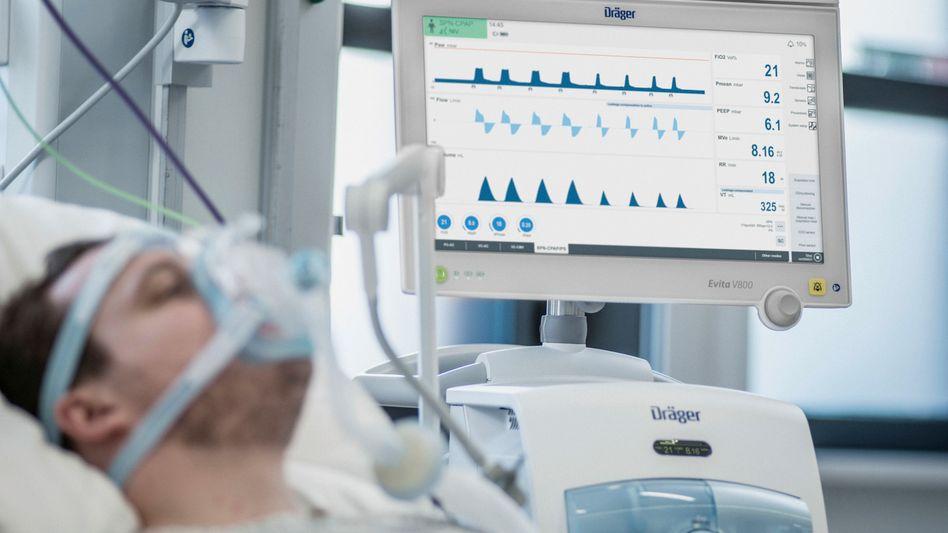 Ein Patient wird über ein Beatmungsgerät mit Sauerstoff versorgt (Archivbild)