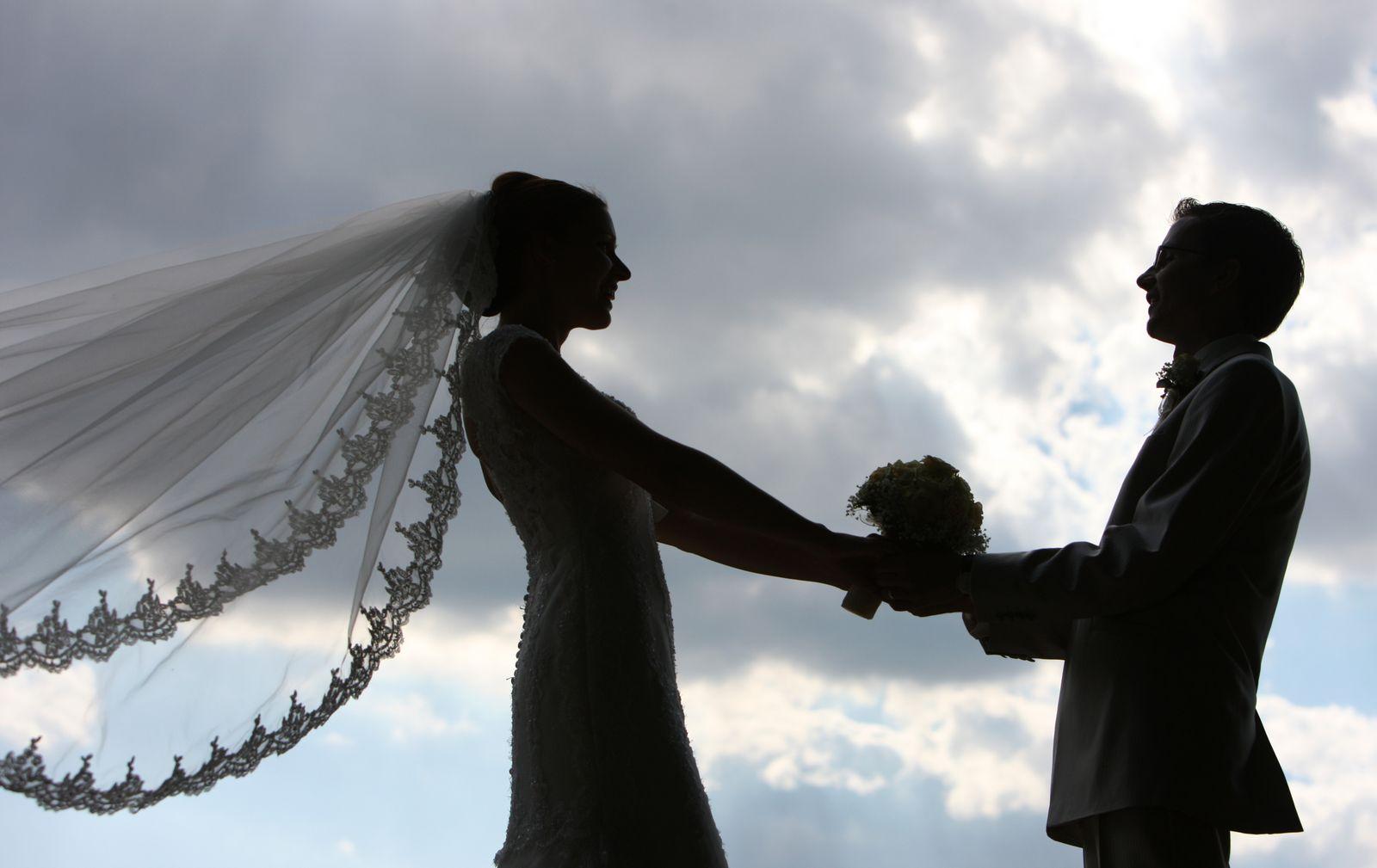 Illustration: Kirchliche Hochzeiten künftig auch ohne Standesamt möglich