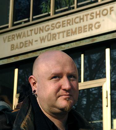 Verhinderter Lehrer Czaszkoczy steht am Dienstag, 13. Maerz (Dienstag vor dem Gericht): Staatsfeind Nr. 1