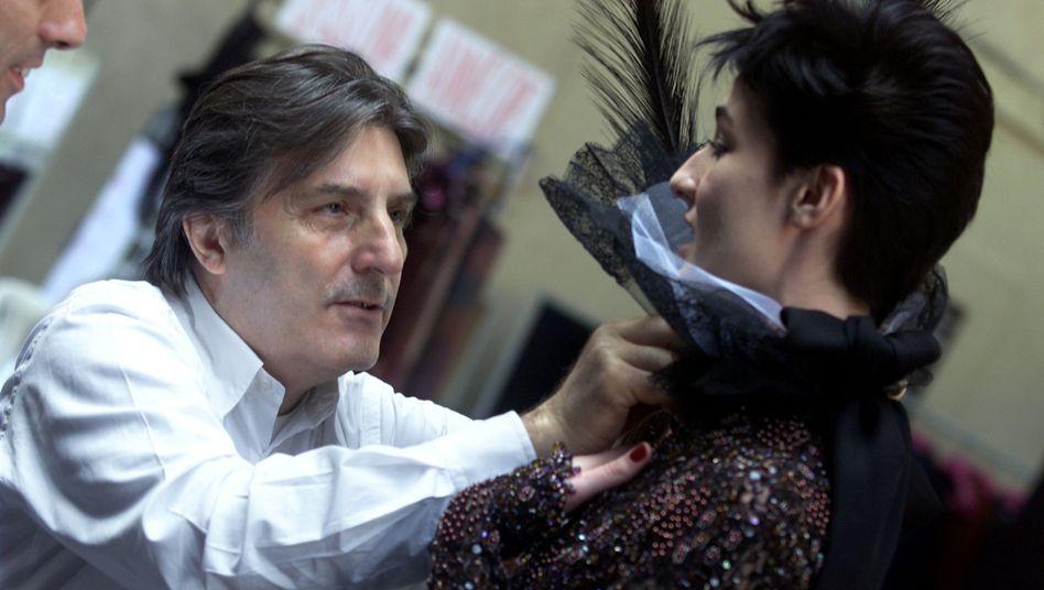 """Emanuel Ungaro mit Model (2001 in Paris): """"Man trägt kein Kleid, man muss darin leben"""""""