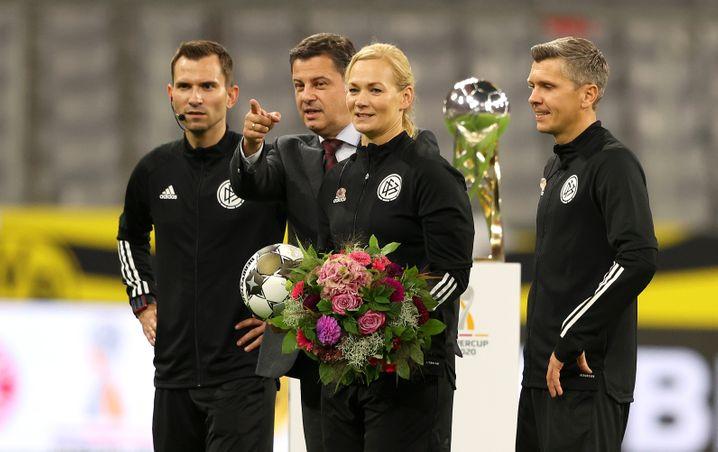 Steinhaus wurde beim Supercup mit Blumen verabschiedet