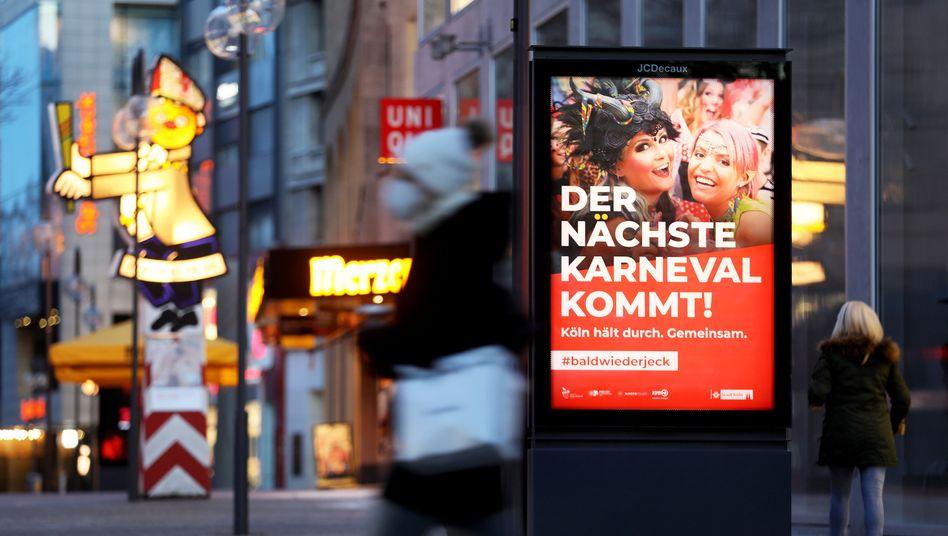 Plakat in Köln: »Der nächste Karneval kommt«