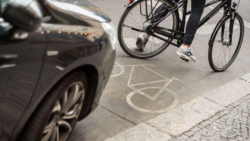 Parkendes Auto auf Fahrradstreifen
