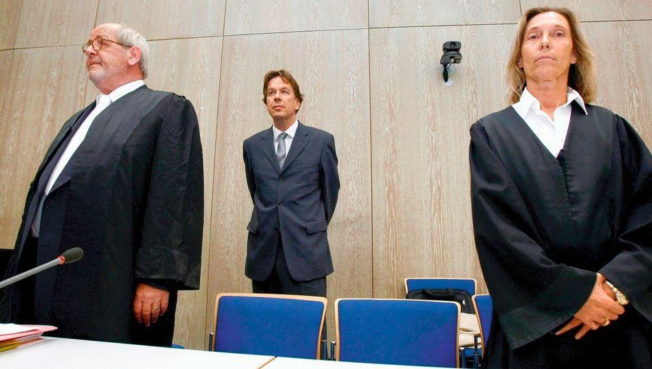 Angeklagter Kachelmann im Mannheimer Landgericht (mit seinen Anwälten Reinhard Birkenstock und Andrea Combé)