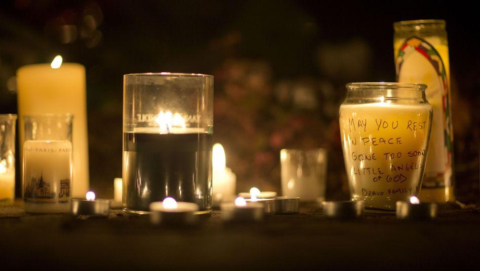Kerzen für die Opfer und Angehörigen: War Adam Lanza Asperger-Autist?
