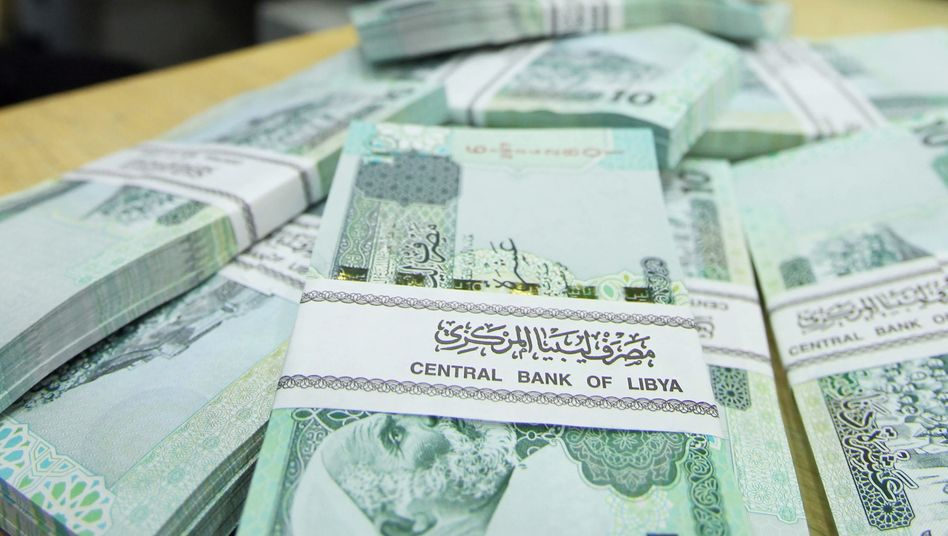 Libysche Dinar: Auf diesem Bild aus eine Bank in Tripolis sind allerdings echte zu sehen