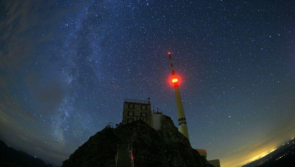 Sternenhimmel mit der Milchstrasse (Schweiz, Juli 2006): Mysteriöses Radiosignal gefunden