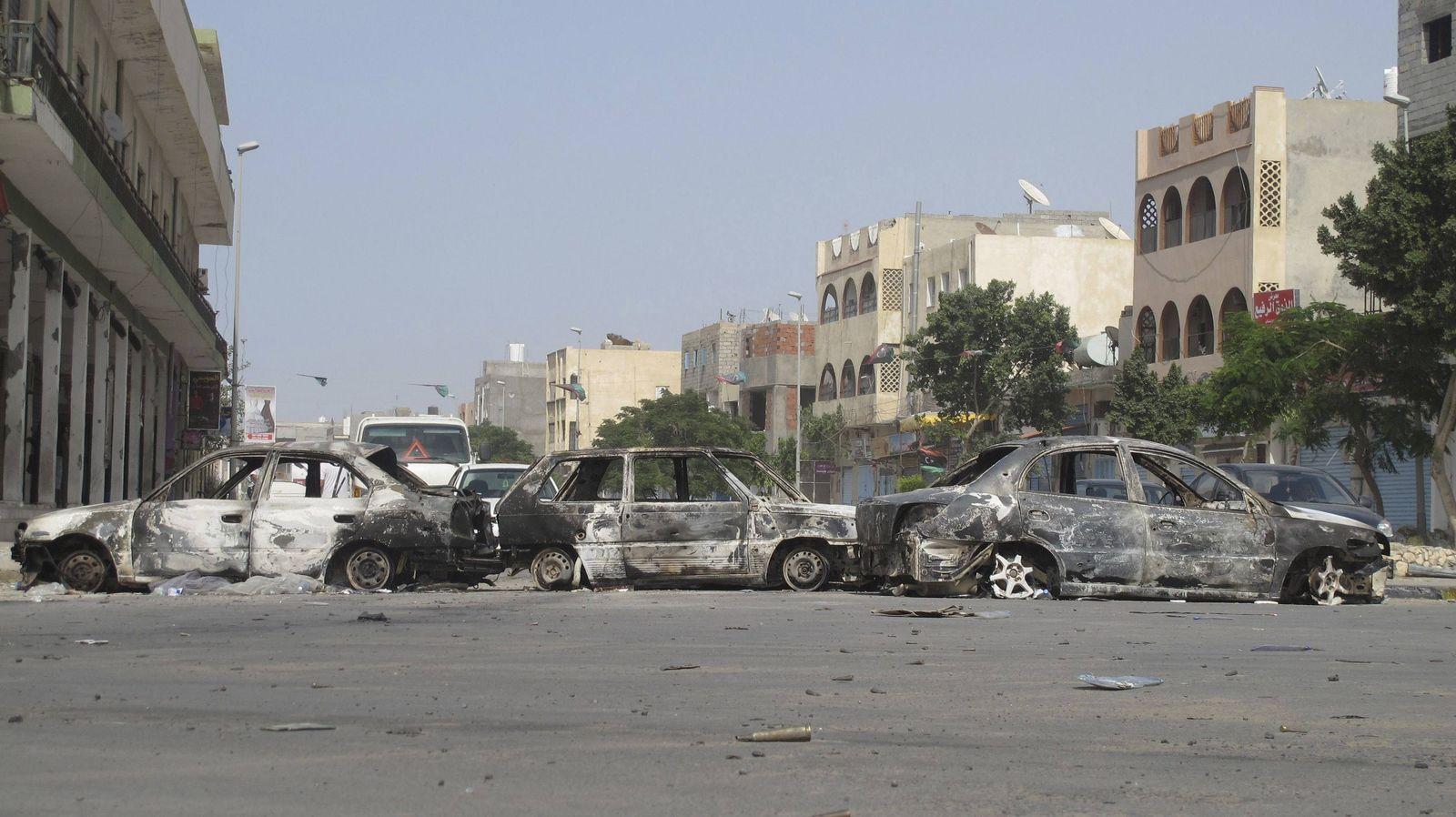 Libyen Ausgebrannte Autos