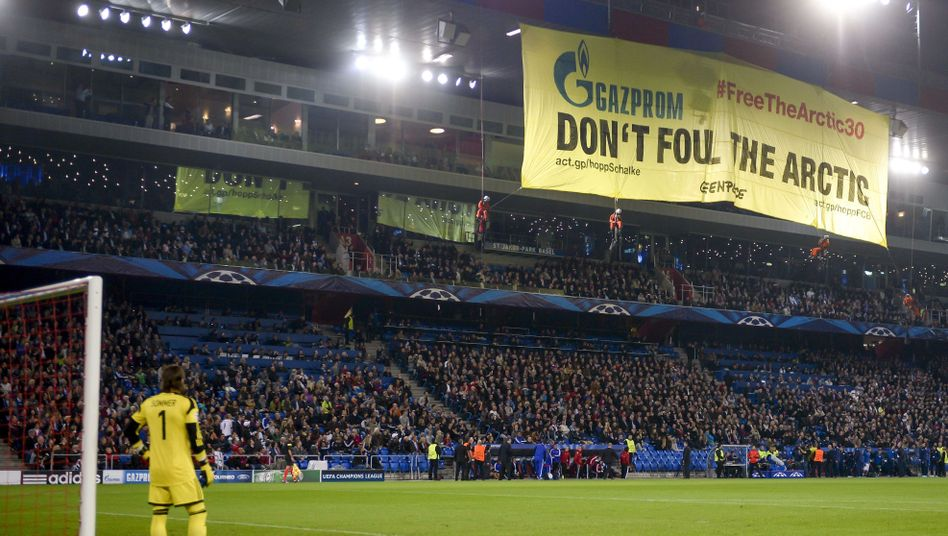 "Greenpeace-Protest im Fußballstadion: ""Don't foul the Arctic"""
