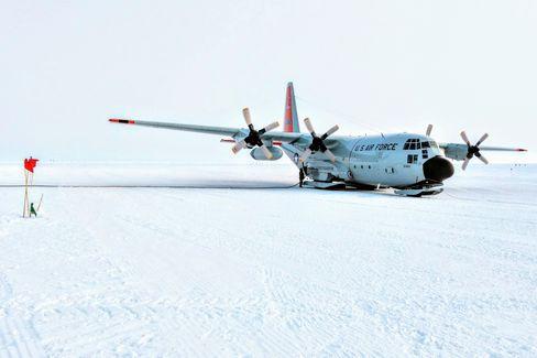 Spezialflugzeug vom Typ Lockheed LC-130 »Hercules« an der »Summit«-Station in Grönland