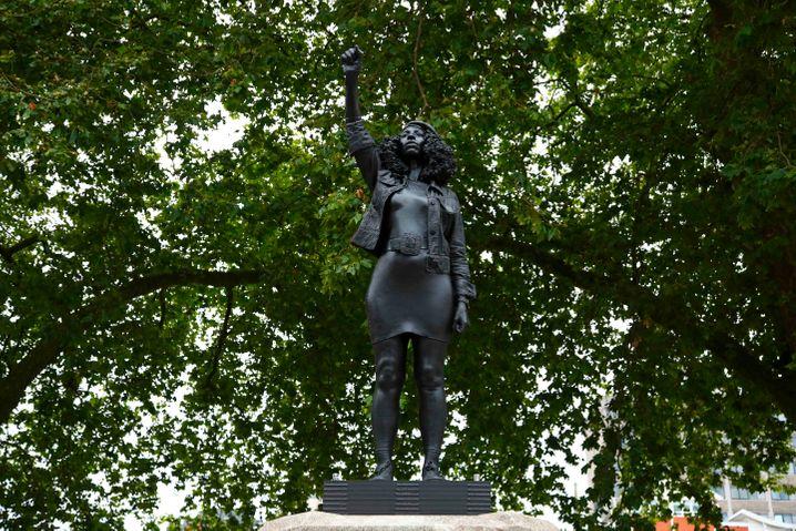 """Der Künstler Marc Quinn schuf die lebensgroße Statue aus Stahl und Harz, die den Namen """"A Surge of Power (Jen Reid)"""" trägt"""