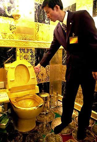 """Prestigeträchtiger Ort: Ein sauber glänzendes """"Örtchen"""" zeichnet seinen Besitzer aus. Der 3D-Jewelry-Shop in Hongkong leistet sich eines aus Gold: Nichts glänzt sauberer, beeindruckt mehr und wäre kälter am Hintern"""