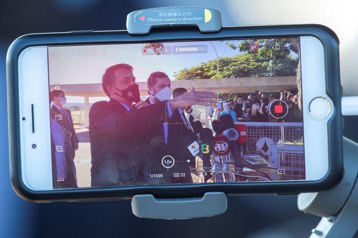 Smartphones sind die wichtigste Waffe im Propagandakrieg des brasilianischen Präsidenten Jair Bolsonaro. Eine Truppe von Experten flutet das Internet mit Fake News über seine Gegner und Videos von seinen Auftritten.