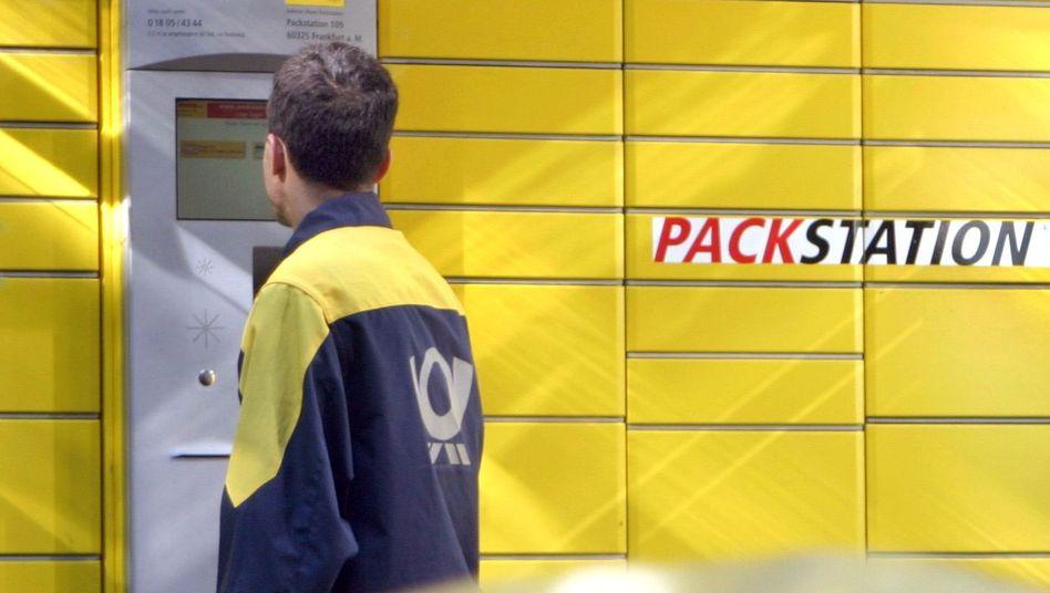 Postbote an einer DHL-Packstation
