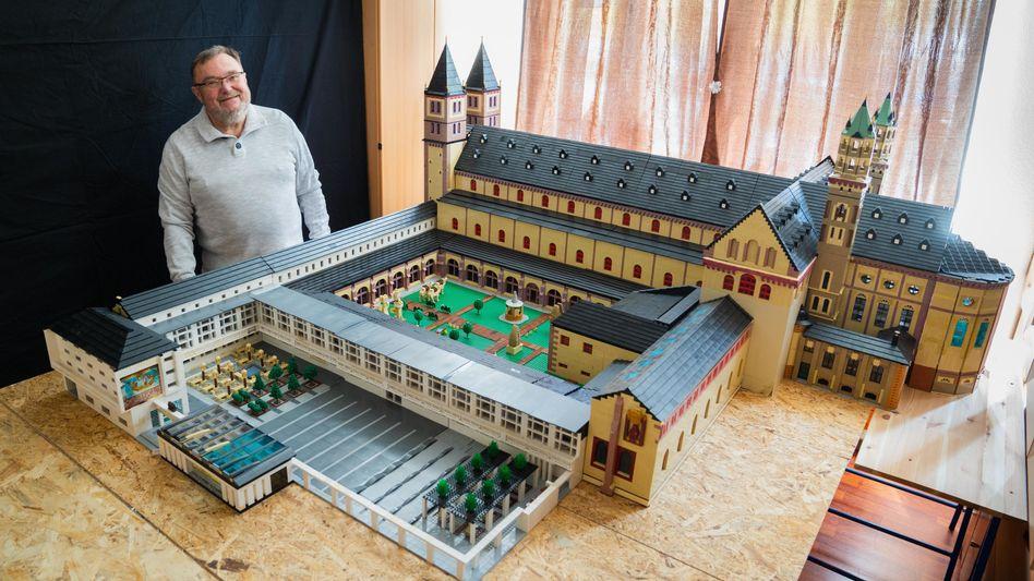 Stolzer Baumeister: Reinhold Dukat mit seinem Lego-Nachbau des Würzburger Doms