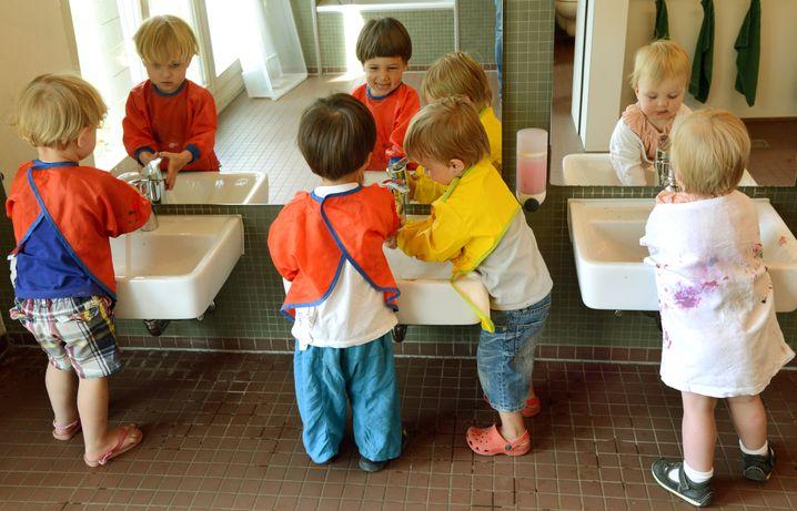 Hände waschen - ja, Abstand halten - nein. Das sei bei Kleinkindern unrealistisch, sagen die Familienminister.