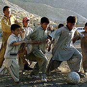 Afghanische Flüchtlingskinder spielen Fußball in Marriabad, Pakistan: Jetzt wurden 24 Kinder von Banden nach Italien verschleppt