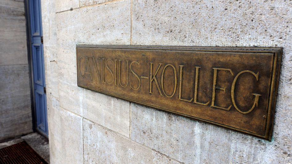 Türschild des Berliner Canisius-Kollegs: Die Kirche zahlt 20.000 Euro zur Aufarbeitung des Missbrauchskandals