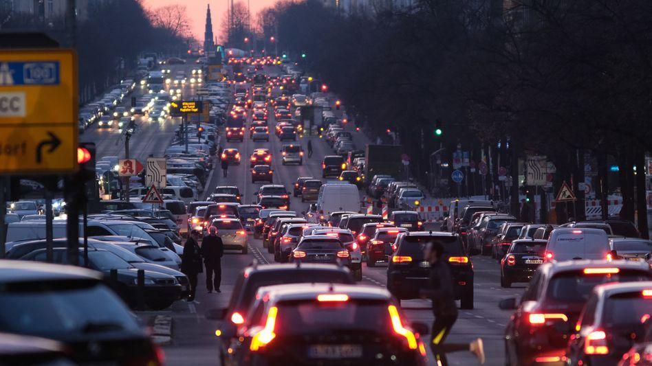 Autoverkehr an der Bismarckstraße in Berlin