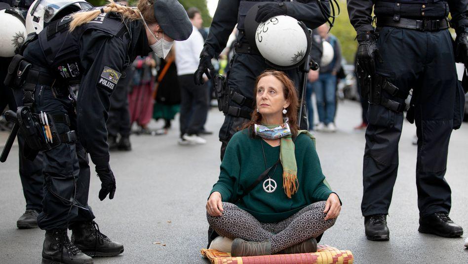 Demonstrantin in Berlin: Protest gegen Einschränkungen im Zuge der Corona-Pandemie