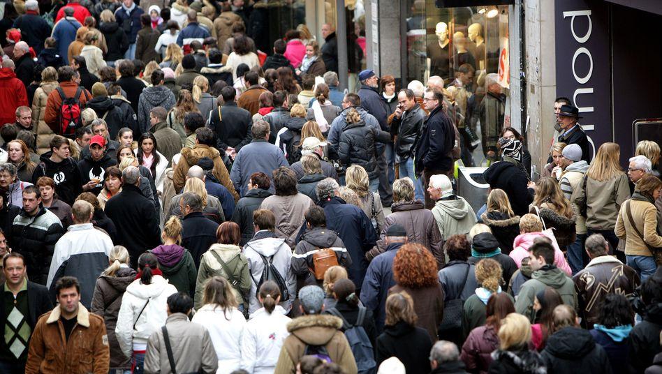 Menschen in der Innenstadt: Kapitalismus macht Aufstieg fast unmöglich