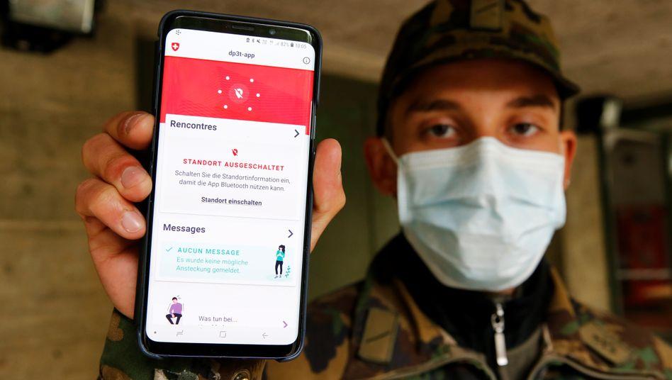 Corona-Warn-App nach dem Modell DP-3T auf dem Handy eines Schweizer Soldaten: Das dezentrale Modell wäre mit dem Vorstoß von Apple und Google kompatibel