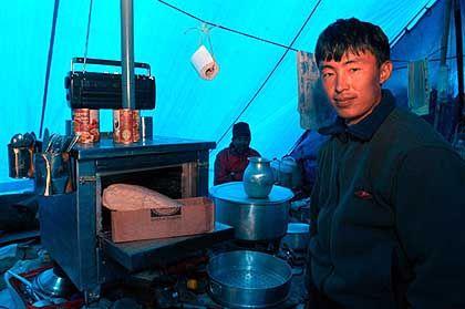 Erfindungsreich: Ein Ikea-Andenken dient dem Koch Nagtamba Sherpa als Brotform