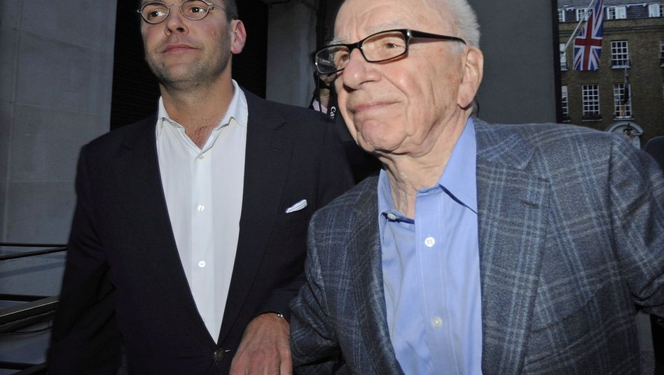 Rupert Murdoch (r.) mit Sohn James: Auch in den USA unter Druck