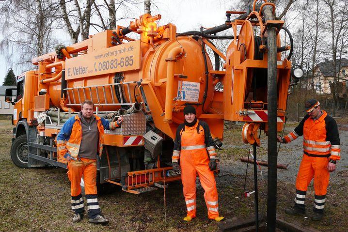 Kanalreiniger Daniel Vetter (links) und seine Crew beim, naja, Kanalreinigen