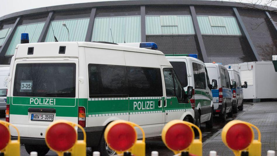 """Polizeifahrzeuge vor Flüchtlingslager in Attendorn (Nordrhein-Westfalen): Ein Algerier im Visier der Soko """"Frost"""""""
