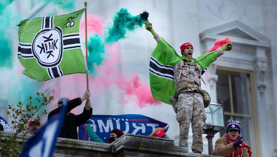 Beim Sturm auf das Kapitol schwenken Trump-Unterstützer die Flagge von »Kekistan« – ein Symbol aus einer rechtsextremen Foren-Subkultur