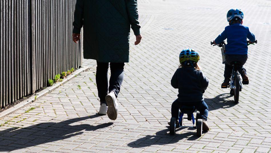 Wie hoch sollte das Tempo bei der Rückkehr in die Kitas und Schulen sein? Eine Mutter mit ihren Kindern in Hannover