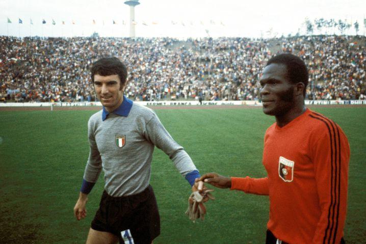 Dino Zoff (Italien, l.), Emmanuel Sanon (Haiti)