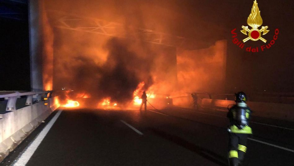 Autobahn mit brennenden Autos blockiert: Geldtransporter wehrt Attacke von Banditen ab