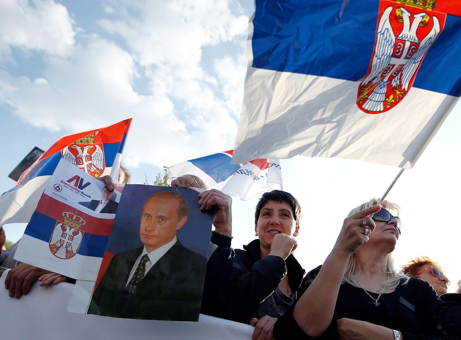 Unterstützer des serbischen Präsidenten gehen auf die Straße
