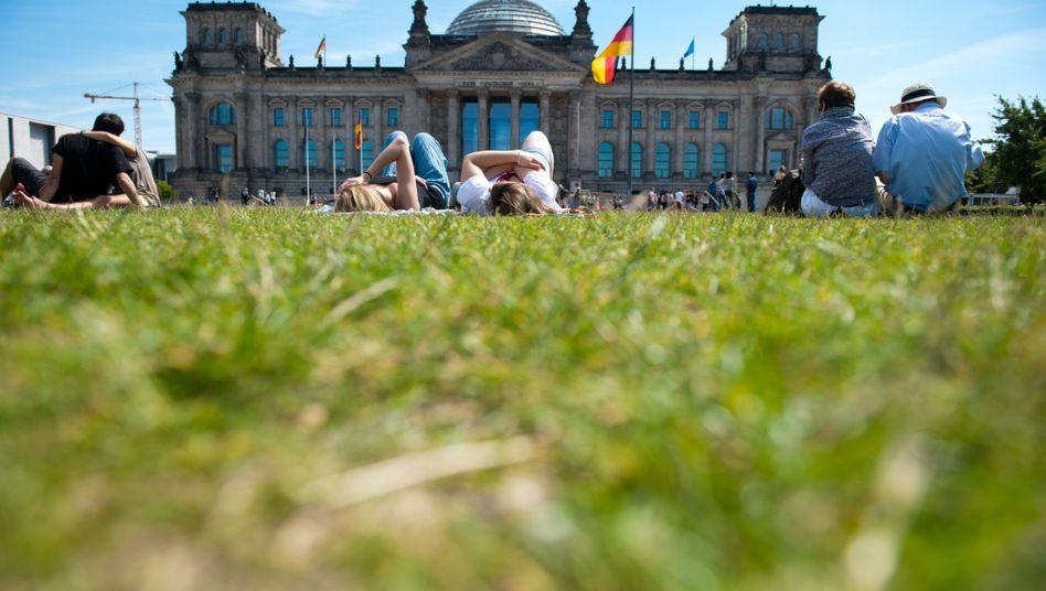 Wiese vor dem Reichstagsgebäude: Nichtwähler wünschen sich eine kümmernde Politik