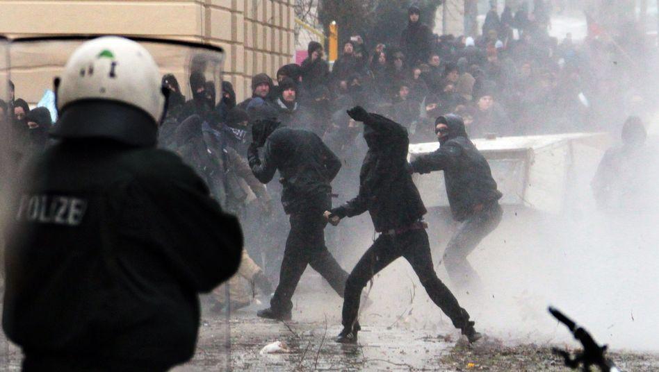 """Ausschreitungen in Dresden 2011: """"Angriffswellen"""" auf die Barrikaden"""