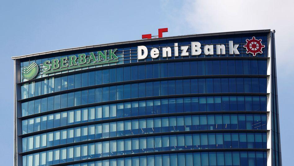 Die russische Sberbank und die türkische Denizbank in Istanbul