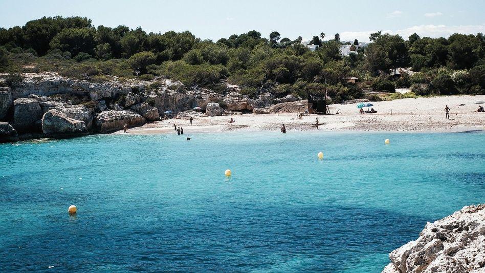 Badende an Mallorcas Ostküste: 25 Kilometer Luftlinie zwischen Bierbauch-Contest und High Snobiety