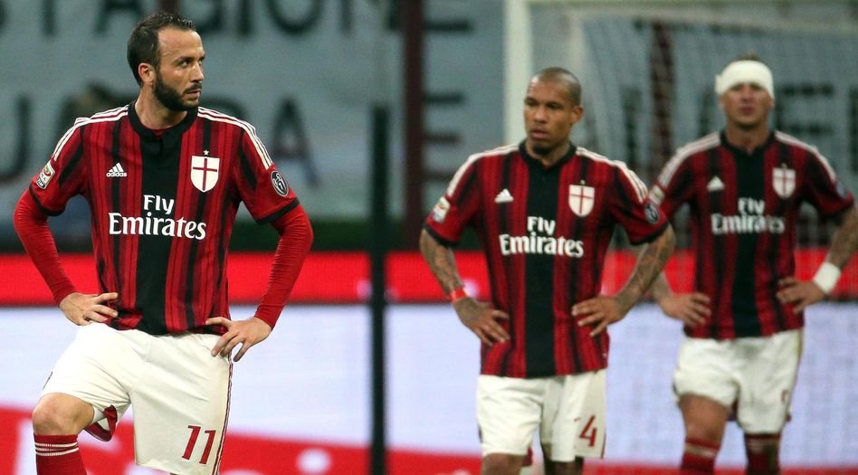 Milan-Profis Pazzini (l.) und de Jong: Eigentümer Berlusconi will den Klub verkaufen