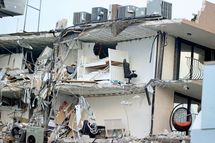 Der Sturz überraschte die Bewohner im Schlaf. In den Trümmern stehen noch ihre Betten