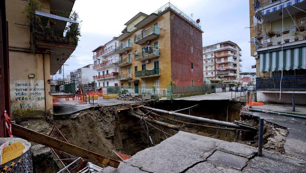 Riesiges Erdloch in Neapel: Krater in der Nachbarschaft