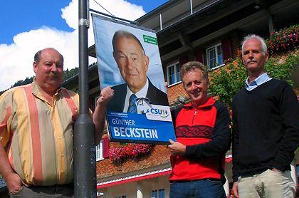 Aufruhr in Balderschwang: Hotelier Konrad Kienle, der CSU-Ortsvorsitzende Luggi Endroes und Bürgermeister Werner Fritz (parteilos) vor einem Plakat mit Noch-Ministerpräsident Beckstein