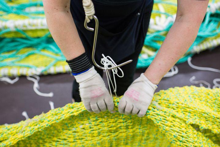 Handschuhe schützen die Hände der Arbeiterinnen