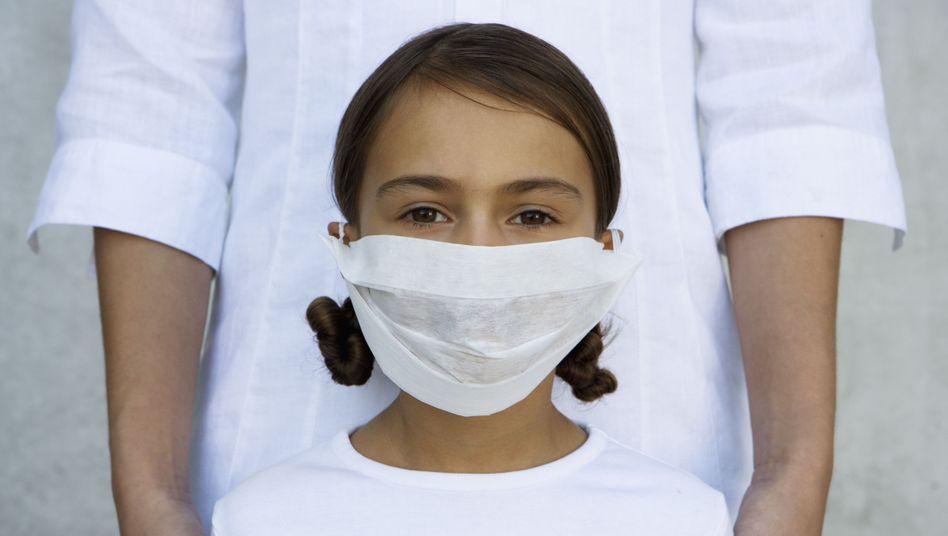 Kind mit Mundschutz (Symbolbild)